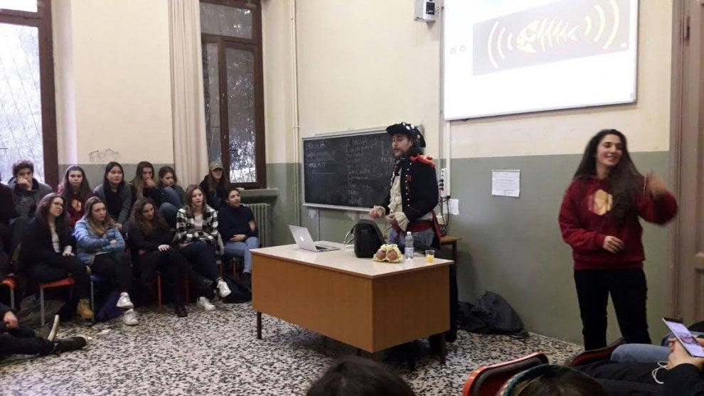 La Repubblica: Scuola, l'occupazione in diretta su Fb: tra pastafarianesimo e legge elettorale, un media center per il Manzoni