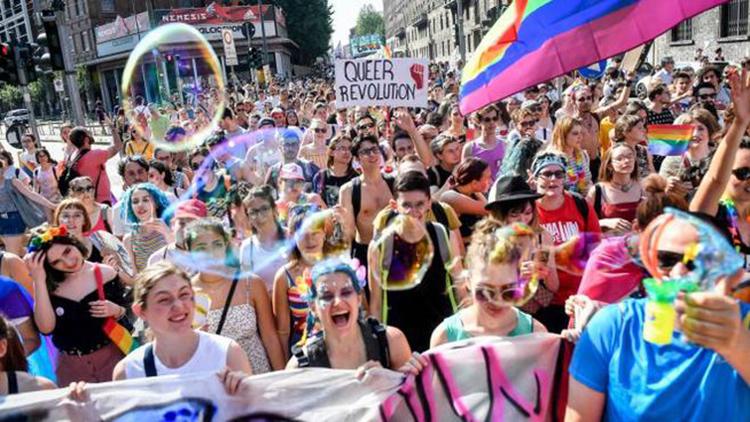 """Huffingtonpost.it : Milano Pride di lotta, contestato Salvini: """"Carola è la nostra unica Capitana"""""""